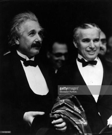 Albert Einstein aux côtés de Charlie Chaplin lors de la première des Lumières de la ville, le 30 janvier 1931. Crédits : Mondadori Portfolio