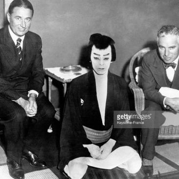 Charlie Chaplin et son frère Sydney en compagnie d'un célèbre comédien de théâtre kabuki, Nakamura Kichiemon, à Tokyo, Japon, le 6 février 1932. February 06, 1932| Crédits : Keystone-France
