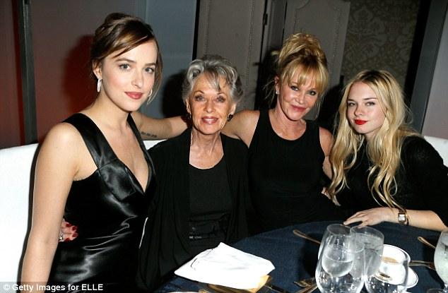 Tippi Hedren entourée de Dakota Johnson, Mélanie Griffith et Stella Banderas